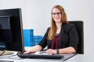 Ein gutes Beispiel ist unsere Kollegin Theresa Hardenack, die erfolgreich ihre Ausbildung bei Feldmann & Stachelscheid abschließen konnte und sich im Anschluss berufsbegleitend zur Fachassistentin für Lohn und Gehalt weitergebildet hat.